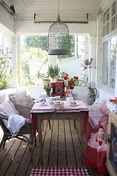 How about a big 'ol cup of coffee in the morning at this table? Okay. Love that birdcage!!