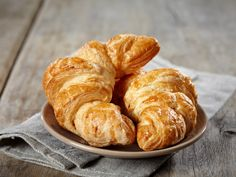 Croissants Recipe - A croissant is a buttery flaky French bread roll which can be made with or without a filling. It's slightly tedious to make but undoubtedly worth it! Sin Gluten, Gluten Free, French Croissant, Breakfast Croissant, Best Party Food, Snack Recipes, Healthy Recipes, Gluten Intolerance, Empanada