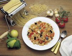 TAGLIATELLE CON DADOLATA DI MELANZANE E PESCE SPADA IN SALSA DI POMODORO E TIMO  Ingredienti:  250 g di tagliatelle 400 g di melanzane 300 g di pesce spada 300 g di pomodori 2 spicchi d'aglio 1 limone 2 rametti di timo olio d'oliva sale pepe  Tagliare le melanzane a cubetti di 2 cm di lato, cospargere con del sale grosso, e lasciarle asciugare.  Tagliare il pesce spada allo stesso modo e farlo marinare con due cucchiaiate d'olio, uno spicchio d'aglio intero, qualche goccia di limone, sale e…