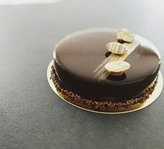Voici une recette d'entremet chocolat café doux. Il est inspiré d'une recette de Cacao Barry. Sa base est un biscuit chocolat moelleux sur lequel nous disposerons une couche croustillante, puis une alternance de la mousse au chocolat noir et de l'insert crémeux au café. Le tout est recouvert d'un