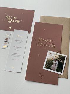 Deze mooie trouwkaart met roestbruine kleur kun je zelf helemaal aanpassen naar wens. Ook het folie kun je omzetten in andere kleuren. Pas de initialen aan naar jullie namen en maak zo een prachtige trouwhuisstijl voor jullie dag. Bekijk ook de bijpassende Save the date en andere kaartjes. Wil je nog meer in deze stijl? We helpen je graag! #trouwhuisstijl #trouwen #foliedruk #savethedate #wedding #bohowedding