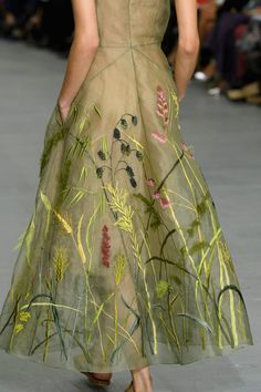 Jasper Conran's Spring/Summer 2017 collection of elegant looks made me dream. Jasper Conran, Couture Details, Fashion Details, Fashion Design, Embroidery On Clothes, Embroidery Dress, Estilo Lady Like, Couture Embroidery, Couture Fashion