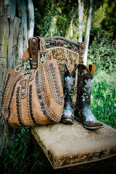 laukun muoto..☯☮ॐ American Hippie Bohemian Style ~ Boho Bag and Boots!