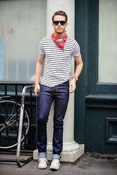 Look Masculino com Bandana e Camiseta Listrada