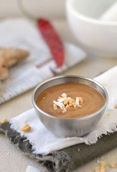 Het LEKKERSTE recept voor zelfgemaakte satésaus. Satésaus zelf maken is makkelijk om te doen en je kunt het helemaal naar eigen smaak aanpassen.