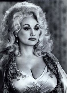 Dolly Parton has the right kind of curves and is a good old country girl, which is why we named one of our tables after her! Beautiful Celebrities, Beautiful Actresses, Beautiful People, Beautiful Women, Dolly Parton Pictures, Musica Country, Actrices Hollywood, Sexy Older Women, Hello Dolly