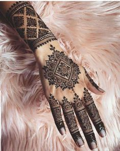 Mehndi is something that every girl want. Arabic mehndi design is another beautiful mehndi design. We will show Arabic Mehndi Designs. Henna Tattoo Designs, Henna Tattoos, Henna Tattoo Bilder, Henna Tattoo Muster, Cool Henna Designs, Henna Tattoo Kit, Henna Mehndi, Hand Henna, Beautiful Henna Designs