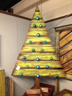 Hello Friends Well come into the world of DIY Pallet Wood Furniture. Here you are currently watching the result of your Best Pallet Christmas Tree DIY. Pallet Christmas Tree, How To Make Christmas Tree, Christmas Wood Crafts, Alternative Christmas Tree, Noel Christmas, Christmas Projects, Holiday Crafts, Christmas Decorations, Christmas Ornaments