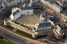Chateau des Ducs de Bretagne à Nantes. Le Duc François II fit du château des souverains bretons à la fois la résidence principale de la cour ducale et une forteresse militaire défensive face au pouvoir de son puissant voisin, le roi de France. En témoignent les 500 mètres de chemin de ronde sur les remparts fortifiés, pour la première fois ouverts à la promenade. Joël Cornette, historien.