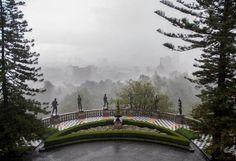 Castillo de Chapultepec. El patio del Chapulín durante la lluvia. Ciudad de México.