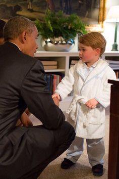 PRINZ GEORGE MACHT SÜSSEN BADEMANTEL ZUM IT-PIEC - Barack Obama und Prinz George