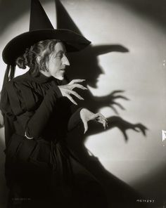 tout ceci est magnifique - Margaret Hamilton 1939 in Wizard of Oz gear - Photo: Virgil Apger