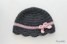 Bonnet bébé au crochet gris foncé et rose avec petit par Kazalubi