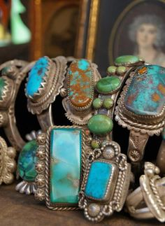 ...sooo lovvvve  turqoise...! grew up with my mom collecting one of a kind pieces that my dad would bring backk from busines trips (frm new mexico, arizona, Cali...etc)  that whole collection was stolen before we left kansas...  :'(     alot of big pieces....