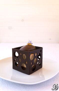 Postre de Bavaroise de caramelo, naranja y grand marnier con cremoso de chocolate y romero