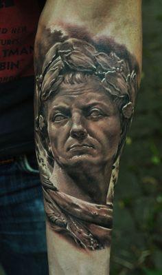 Тату Статуя Калигулы на предплечье