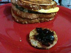 Sanduíche de torrada vazada, preenchida com ovo e espinafre. Torradinha com geléia. #schulpt