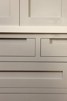 Higham F&B pavilion grey Worktop: Cameo White Corian Southfields Handleless Shaker Kitchen