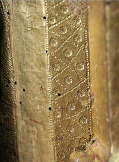 Ondare. http://ondarebilduma.gipuzkoakultura.net/onati/caste/95.php. -- Souvent les motifs sont emboutis dans la préparation avant la pose de la feuille d'or - ici il semble que la pose de la feuille précède à création des motifs (petites craquelures autour des cercles étoilés)