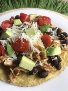 CHICKEN TOSTADAS. Tostada shells are topped with shredded Mexican chicken, black beans, avocado, tomato, and shredded cheese. Since several healthy zero point foods are used, each flavorful tostada is just 6 Green, 4 Blue, and 4 Purple MyWW Points! Chicken Bacon, Yum Yum Chicken, Shredded Chicken, How To Cook Chicken, Chicken Recipes, Mexican Chicken, Empanadas, Ww Recipes, Crockpot Recipes