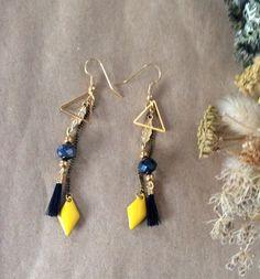 Boucles d'oreilles or, losange jaune et crin de cheval noir via Un P'tit Crin de Folie. Click on the image to see more!