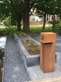 Brievenbus Cortenstaal Rammed Earth, Corten Steel, House Numbers, Garden Art, Exterior Design, Letter Boxes, Sidewalk, Lettering, Architecture