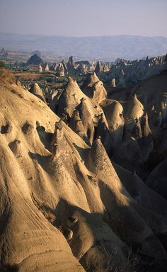 Strange rock formations, Cappadocia This is a p´lace I always wanted to visit. Beautiful World, Beautiful Places, Capadocia, Strange Places, Rock Formations, Orient, Weird World, Natural Wonders, Amazing Nature