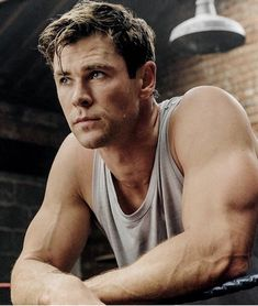 Wie Train like Thor: Chris Hemsworth& new CentrFit app - a gray undershirt and the young actor chris hemswort with strong hands and big muscles - Fitness Before After, Chris Hemsworth Thor, Chris Young, Age Of Ultron, Robin Williams, Celebrity Workout, Celebrity News, Celebrity Style, Dark Kingdom