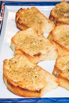 Hvidløgsflute eller hvidløgsbrød der kan bruges til forret. Sprøde, lækre hvidløgsbrød der smager fantastisk! Nem hvidløgsbrød opskrift.