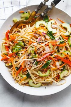 Use noodles for low carb Asian Noodle Salad - With the Best Ever Ginger Vinaigrette. This vegan make-ahead salad is loaded up with healthy veggies and perfect for midweek lunches or larger gatherings. Vegetarian Recipes, Cooking Recipes, Healthy Recipes, Vegetarian Diets, Cheap Recipes, Ketogenic Recipes, Keto Recipes, Make Ahead Salads, Asian Noodles