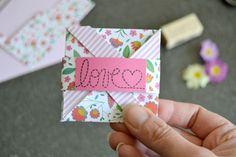 Carte de Fête des mères - Maman à tout faire - Tuto pliage #mothersday Day, Mothers, Make A Map, Father's Day, Cards, Envelopes, Mom