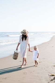 Style Notes And Tips For A Beach Picnic With The White Company. Mutter und Tochter am Meer