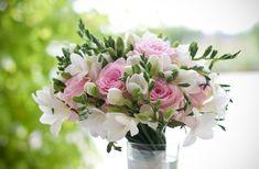 arreglo floral para bodas estilo vintage, de  fresias tienen un aroma delicioso