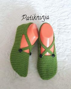 Image may contain: 1 person shoes Baby Knitting Patterns, Sock Shoes, Baby Shoes, Diy Crochet, Crochet Hats, Moroccan Kaftan Dress, Crochet Wedding, Diy Hair Accessories, Flats