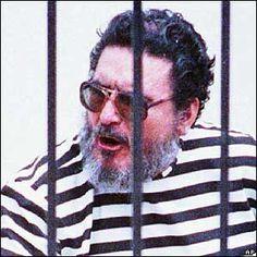 Abimael Guzman ...  La meta de Sendero Luminoso es reemplazar las instituciones peruanas, que consideran burguesas, por un régimen revolucionario campesino comunista, presumiblemente iniciándose a través del concepto maoísta de la Nueva Democracia.