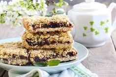 Another time-honoured classic, these are sure to become the standard by which all other date squares are measured. Blueberry Squares, Cheesecake Recipes, Dessert Recipes, Dessert Ideas, Date Squares, Stevia, Good Food, Yummy Food, Yummy Eats