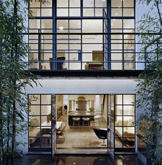 An important design element of these townhouses is that the windows at the back of them are very large and open up to the backyard. This allows the backyard to appear from inside the house and influence the design of the rooms inside. Architecture Design, Residential Architecture, Installation Architecture, Windows And Doors, Steel Windows, Big Windows, Iron Windows, Black Windows, Modern Windows