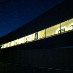 宙に浮いた美術館。30m片持ちスラブ部分は、夕方暗くなると外から絵画が見える仕掛けに。 #ホキ美術館 #hokimuseum #architecture #museum