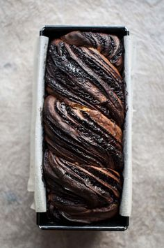 Rich sweet delicious flaky and buttery sourdough chocolate babka perfect for daily treat and comfort. Sourdough Recipes, Bread Recipes, Baking Recipes, Sourdough Bread, Babka Bread, Filet Mignon Chorizo, Babka Recipe, Chocolate Babka, Chocolate Chips