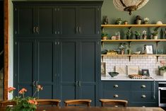 A new kitchen by deVOL with old-world charm in a Victorian rectory Tall Kitchen Cabinets, Kitchen Shelves, Kitchen Tables, Cupboards, Kitchen Appliances, Devol Kitchens, Home Kitchens, Bespoke Kitchens, Cuisines Design