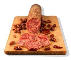 Salame Piccante Il Salame Piccante è un salame dalla grana media, al quale viene aggiunto nel mix di spezie peperoncino piccante, è ottimo negli aperitivi, e in tutte le pietanze a cui aggiungere un tocco di piccantezza come focaccine, pizza e crostini... #madeinitaly #italianfood #tuscany #toscana #versilia #foodmaniac #foodie #salumitriglia #salumi #salame #salami #chilli #spicy