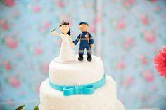 Topo de bolo personalizado feito em biscuit para decoração de seu bolo de casamento. Mudamos cor de cabelo, terno ..Entre em contato conosco no chat para mais informações .