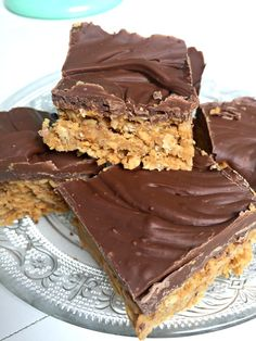 Easy peasy No Bake Peanut Butter Oat Bars with just three healthy ingredients – and then plenty of chocolate on top! Quick and easy recipe These No Bake Peanut Butter Oat Bars could ha… Peanut Butter Oat Bars, Butter Chocolate Chip Cookies, Brownies, Healthy Desserts, Easy Desserts, Healthy Food, Awesome Desserts, Healthy Recipes, Fudge