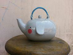 Unconventional Design For Kids - elephant tea time Elephant Teapot, Elephant Love, Elephant Stuff, Ceramic Elephant, Gadgets, Creation Deco, Cuppa Tea, Teapots And Cups, Chocolate Pots