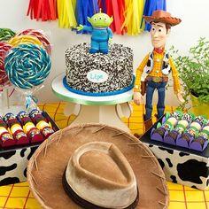 Bom dia com nosso kit de bolo e docinhos que você compra online na @festeirice e recebe em casa. No site você aluga também a decoração para fazer uma mesa linda! São vários temas!