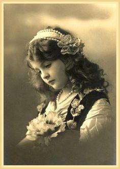 foto antigua de niña con flores