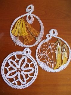 Závesné vianočné Types Of Lace, Bobbin Lace Patterns, Lacemaking, Lace Heart, Point Lace, Lace Jewelry, Paper Quilling, Christmas Tree Ornaments, Tatting
