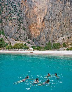 Symi is een klein Grieks eiland ten noordwesten van Places Around The World, Travel Around The World, Around The Worlds, Places To Travel, Places To See, Travel Destinations, Dream Vacations, Vacation Spots, Aloita Resort