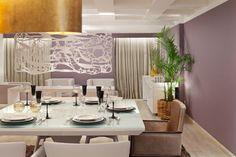 Sala moderna com mesa quadrada para 6 lugares em laca e vidro branco, cadeiras estofadas e um pendente curvo lindo (só dá pra ver um pedaço na foto). Projeto Cynthia Rondelli para Morar Mais Brasília.