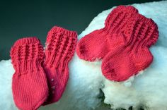 Ravelry: Lise-Loten pikkuiset sukat pattern by Paula Loukola Baby Knitting Patterns, Knitting Socks, Baby Accessories, Baby Hats, Knitting Projects, Mittens, Little Ones, Knit Crochet, Gloves